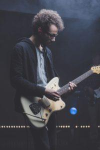 Gitarre üben im Stehen