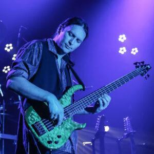 Bassist Steffen Knauss bei Live-Auftritt