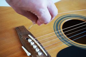 Saitenwechsel einer Westerngitarre Gitarrensaiten kaufen